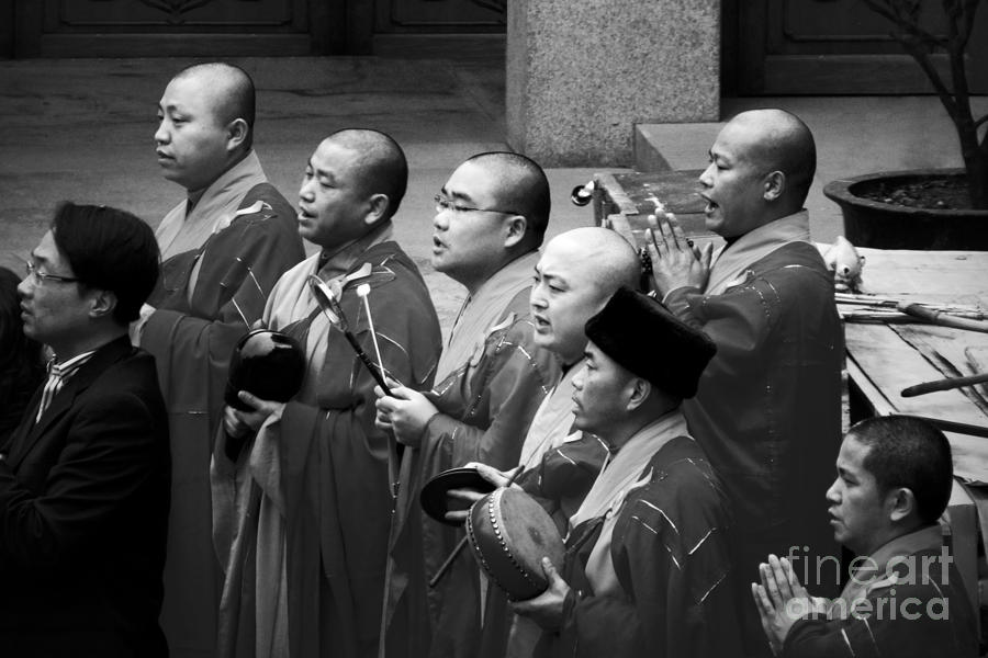 monks-chanting--jingan-temple-shanghai-christine-till--ct-graphics